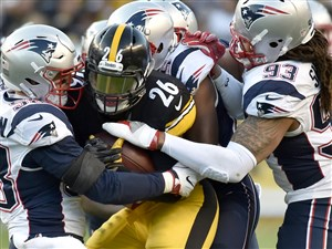Steelers running back Le'Veon Bell looks for room against the Patriots in the second quarter Sunday at Heinz Field.