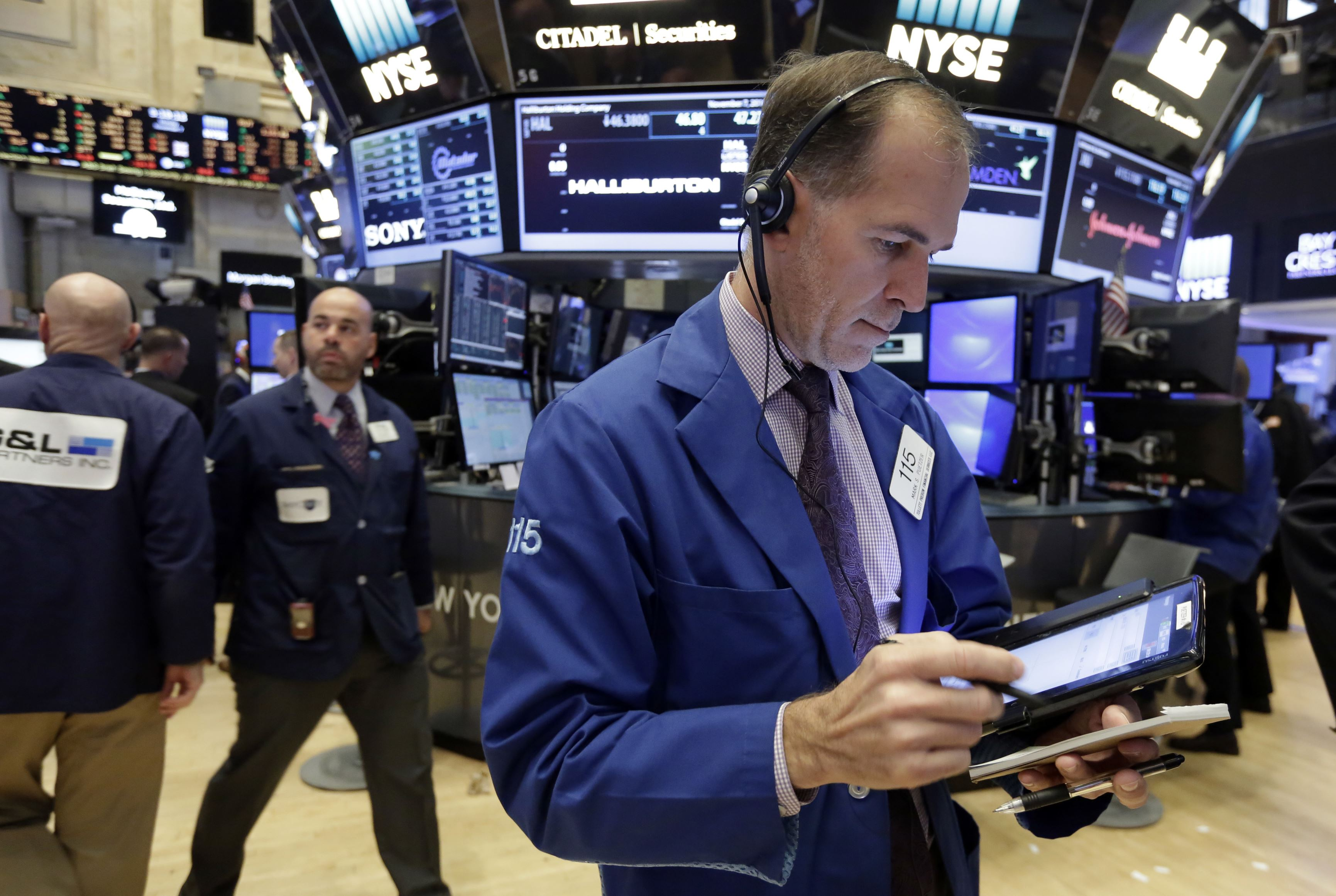 USA stocks sharply higher in early trading; oil rises