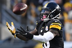 Le'Veon Bell bobbles a pass Sunday against the Giants.