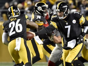 Steelers quarterback Ben Roethlisberger hands off to Le'Veon Bell in the second quarter Sunday against the New York Giants at Heinz Field.