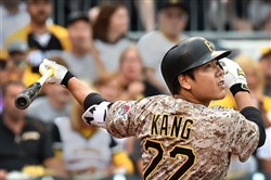 Jung Ho Kang fouls off a pitch against the Giants in PNC Park.