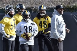 Steelers outside linebackers coach Joey Porter talks to players during practice Friday on the South Side.