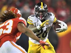 The Steelers' Le'Veon Bell picks up yardage against the Chiefs at Arrowhead Stadium in Kansas City last week.