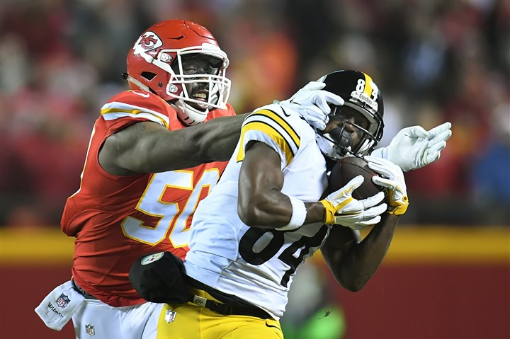 20170115pdSteelersSports04-3 Steelers wide receiver Antonio Brown hauls in long pass against the Chiefs at Arrowhead Stadium on Jan. 15.