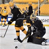 Matt Murray will rock his black pads tonight against the Philadelphia Flyers. (Matt Freed/Post-Gazette)