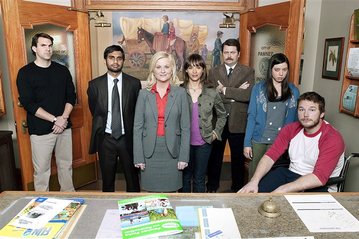 "TVQ0305 The cast of ""Parks and Recreation,"" from left, Paul Schneider, Aziz Ansari , Amy Poehler, Rashida Jones, Nick Offerman, Aubrey Plaza and Chris Pratt as Andy. The comedy is among a number in recent years that have aired without a laugh track."