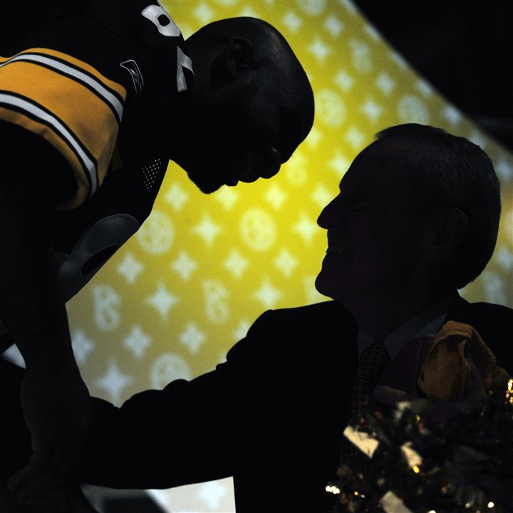Thomas Starzl Thomas Starzl, right, and then-Pittsburgh Steeler Antwaan Randle El are silhouetted during a dinner and fashion show in 2010 to benefit the Thomas E. Starzl Transplantation Institute at the University of Pittsburgh Medical Center