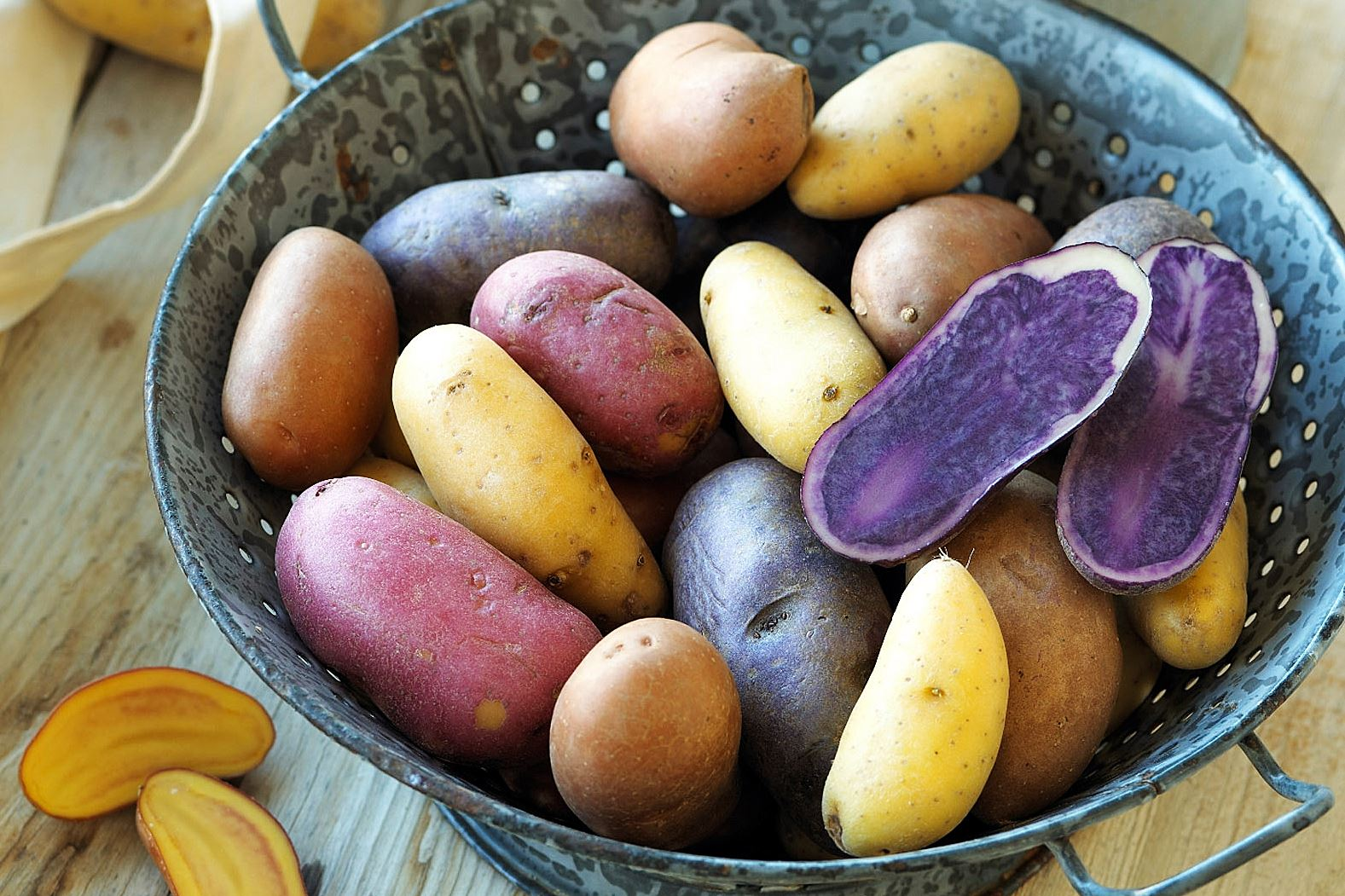 fingerling potatoes Typically 2 to 4 inches long, fingerling potatoes have a red, orange, purple, yellow or white skin.