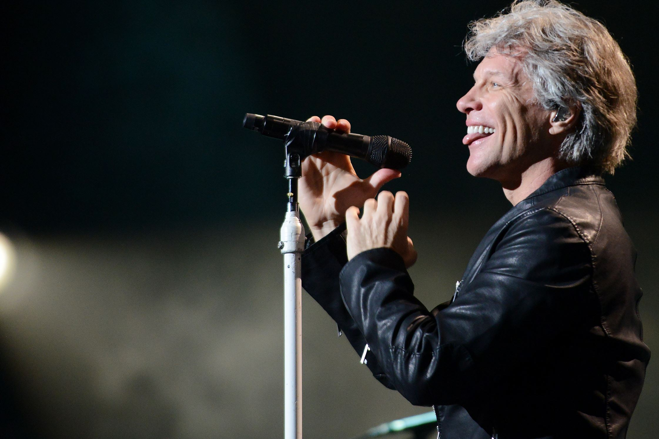 Bon Jovi, battling bronchitis, postpones his weekend shows