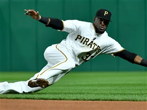 Pirates second baseman Alen Hanson dives to grab a ball hit by Cubs Jason Heyward in the seventh inning Tuesday.