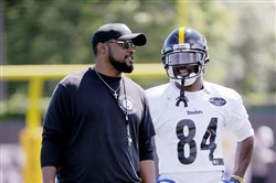 Mike Tomlin chats with Antonio Brown