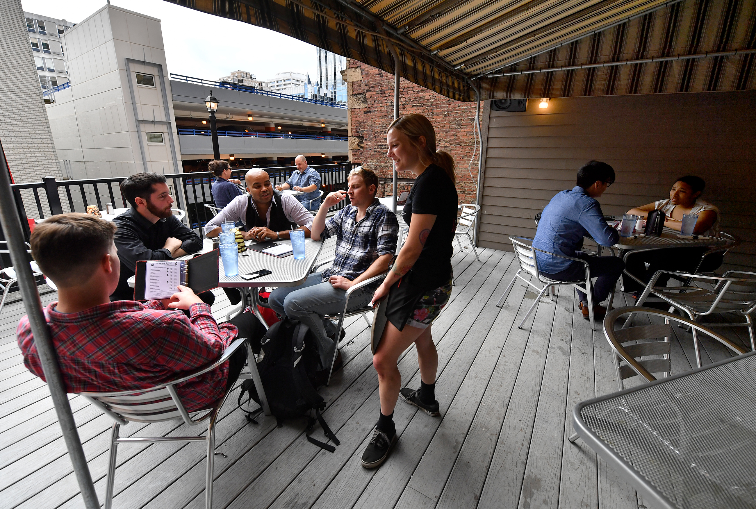 20170627mfdiningmag Patrons enjoy rooftop seating at the Harris Grill Tuesday, June 27, in Downtown Pittsburgh. (Matt Freed/Post-Gazette)