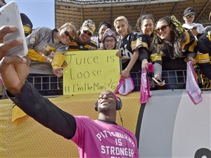 Le'Veon Bell takes a selfie with fans before an October 2016 game at Heinz Field.