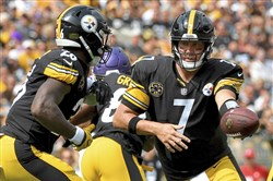 Steelers quarterback Ben Roethlisberger hands off to Le'Veon Bell in the first quarter against the Minnesota Vikings Sunday at Heinz Field.