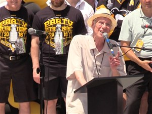 Mike Lange speaks during the Penguins' 2016 Stanley Cup parade.