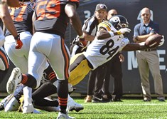 Steelers wide receiver Antonio Brown scores touchdown against the Chicago Bears in the first half.
