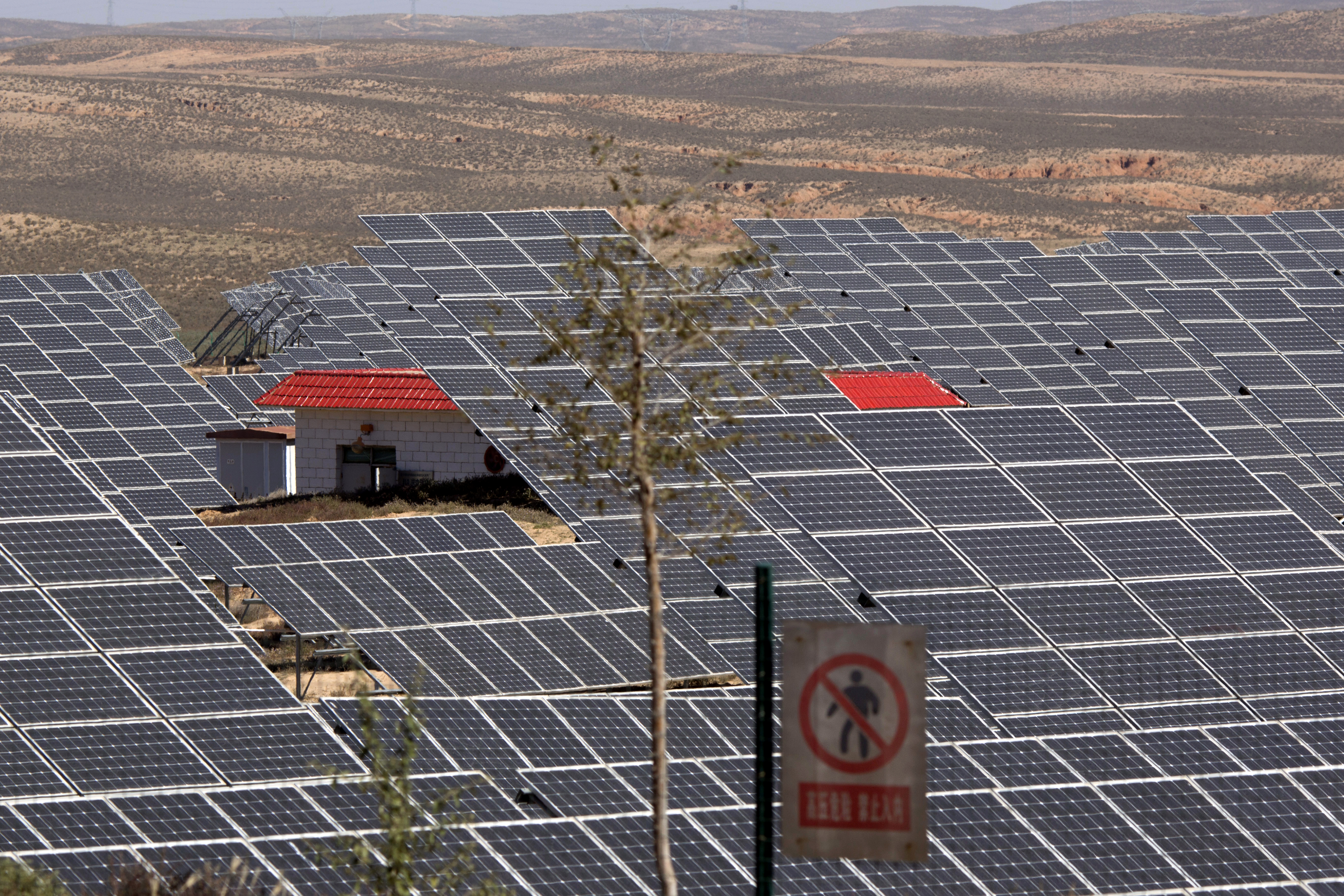 China Renewable Energy FILE - In this file photo dated Saturday, Oct. 10, 2015, an array of solar panels absorb the power of the sun, in northwestern China's Ningxia Hui autonomous region. A U.N.-backed report released Thursday March 24, 2016, says global investments in solar, wind and other sources of renewable energy reached a record $286 billion last year, and the developing world accounted for the majority of investment for the first time. (AP Photo/Ng Han Guan, FILE)