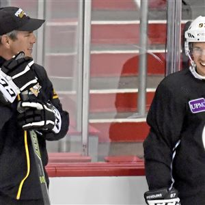 Mike Sullivan talks with Sidney Crosby during a morning skate in Washington last spring. (Matt Freed/Post-Gazette)