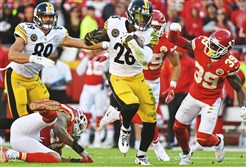 Pittsburgh Steelers Le'Veon Bell picks up first down yardage against the Chiefs Sunday, October 15, 2017, at Arrowhead Stadium Kansas City Missouri.  (Peter Diana/Post-Gazette)