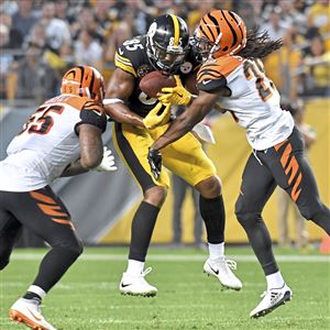 Steelers Xavier Grimble pulls in a ball against Bengals Vontaze Burfict and Josh Shaw in the third quarter at Heinz Field Sunday, October 22, 2017 in Pittsburgh.