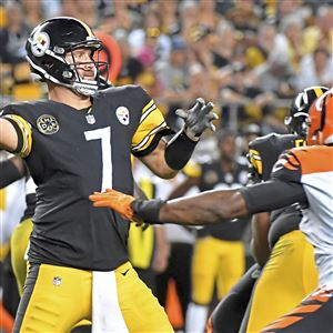 Steelers quarterback Ben Roethlisberger drops back to pass against the Bengals in the fourth quarter at Heinz Field Sunday, October 22, 2017 in Pittsburgh. (Matt Freed/Post-Gazette)