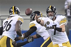 Pittsburgh Steelers Ben Roethlisberger shuffles the ball to Le'Veon Bell Sunday at Lucas Oil Stadium in Indianapolis.(Peter Diana/Post-Gazette)