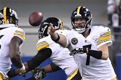 Ben Roethlisberger shovels the ball to Le'Veon Bell.