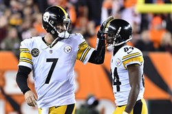 Ben Roethlisberger taps Antonio Brown on the head after missing a third-down pass against the Bengals Monday.