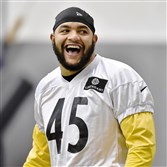 Steelers fullback Roosevelt Nix talks with teammates during warmups during practice on the South Side last year.