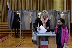 A woman casts her vote for Russia's presidential elections at the Russian embassy in Berlin on March 18, 2018.