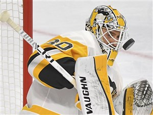 Matt Murray makes a save on Claude Giroux in the first period of Game 4 Wednesday against the Flyers at Wells Fargo Center in Philadelphia.