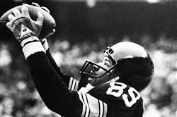 In this Jan. 6, 1980, file photo, Pittsburgh Steelers' Bennie Cunningham (89) leaps to catch a Terry Bradshaw pass in the end zone for a touchdown in the second period of the AFC championship game against the Houston Oilers, in Pittsburgh.
